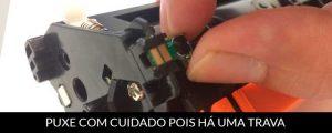 MÃO PUXANDO O CHIP DO TONER HP 17A CF217A