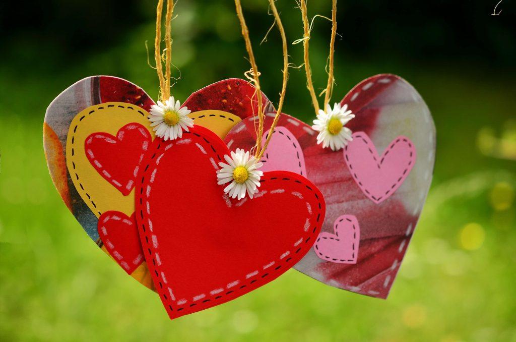 6- Imprima diversos corações para pendura-los em diferentes lugares.