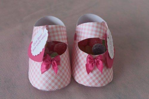 1) Sapatinho de bebe com gomas dentro.