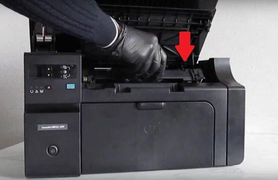 3) Insira o toner da impressora.